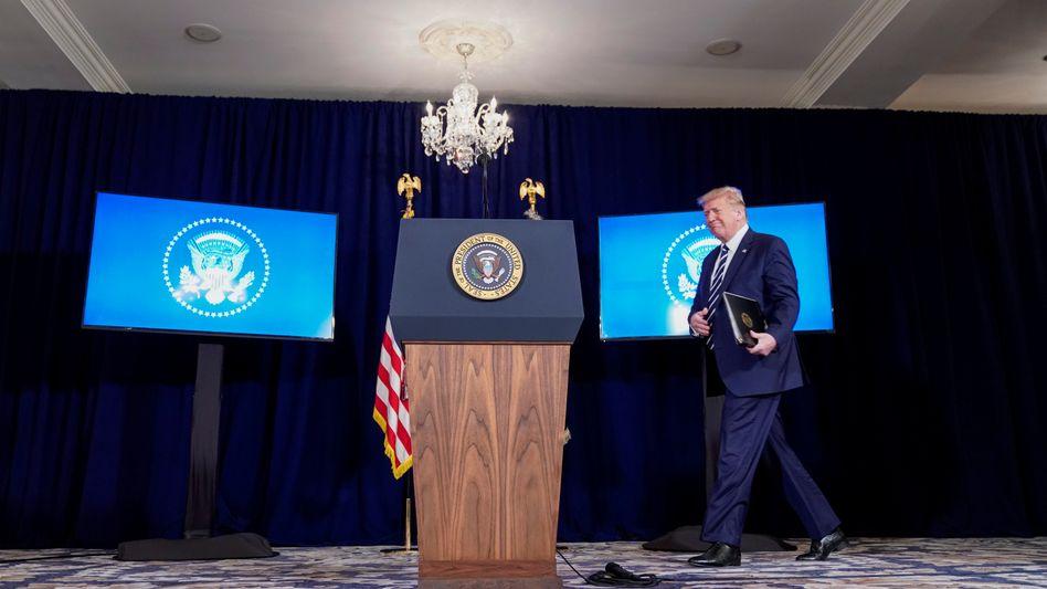 Donald Trump am Freitag in seinem Country Club in Bedminster, New Jersey. Am Samstag verkündete er dort den Erlass über Corona-Hilfen