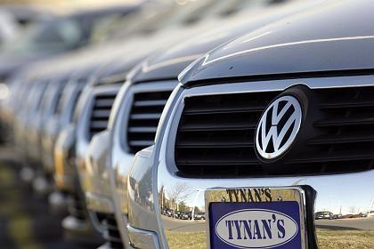 VW-Logo: Volkswagen-Limosinen stehen bei einem US-Händler - in den Vereingiten Staaten gehört dem VW-Konzern die Domain vw.com, das deutsche Gegenstück erstritt sich Konzern vor Gericht