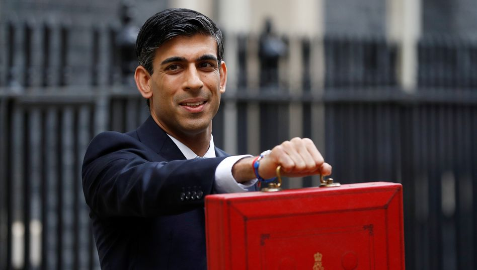 Der britische Finanzminister Rishi Sunak mit dem roten Köfferchen, in dem sich traditionell das Manuskript zur Haushaltsrede befindet