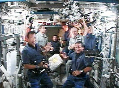 """Rendezvous auf der ISS: """"Discovery""""-Besatzung mit Brot und Salz begrüßt"""