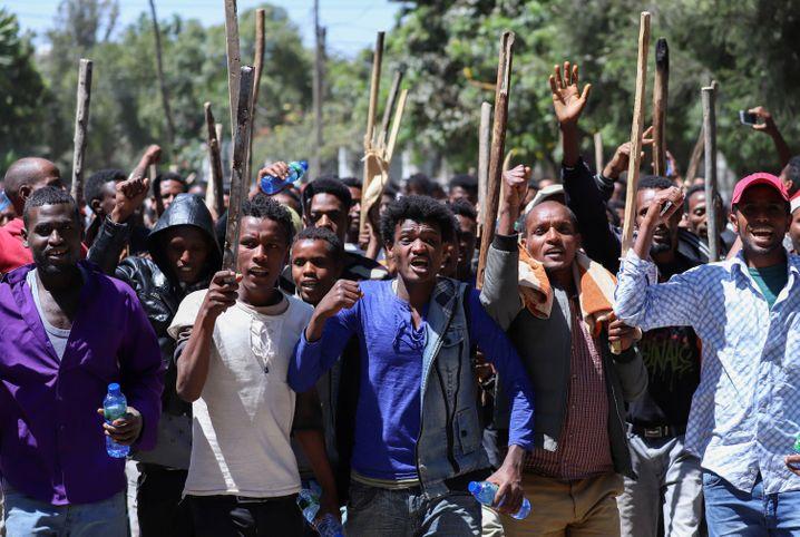 """""""Nieder, nieder mit Abiy"""": Wenn Jawar Mohammed ruft, kommen die Qeerroo"""