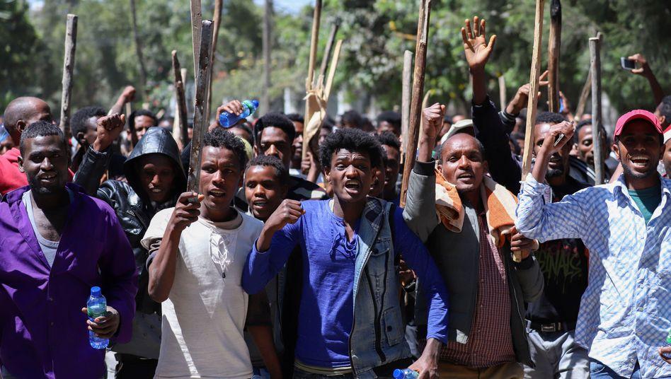 """""""Nieder mit Abiy"""": Radikale Oromo-Aktivisten in der äthiopischen Hauptstadt Addis Abeba"""