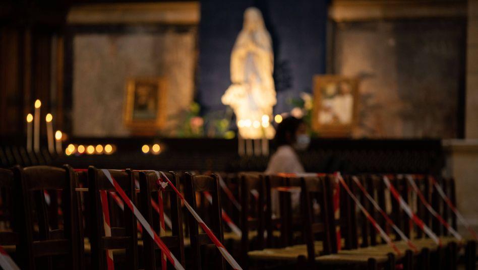 Nach einer Ostermesse ohne Abstand wurden in Paris zwei Geistliche in Gewahrsam genommen (Symbolbild)