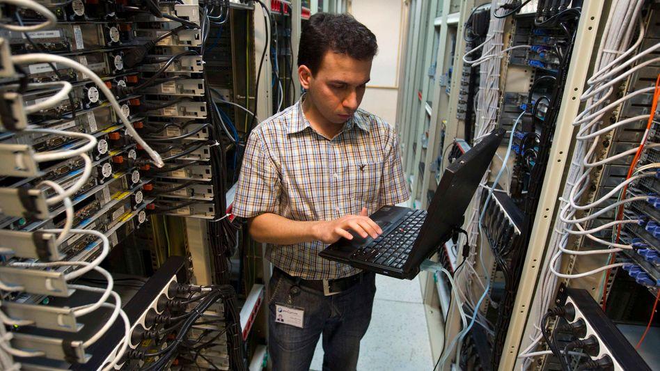 Techniker bei Service-Provider in Teheran: Iran-Web könnte schon im März für alle kommen