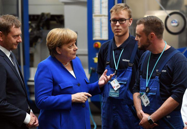 Angela Merkel interessierte sich für die Arbeit im Siemens-Werk