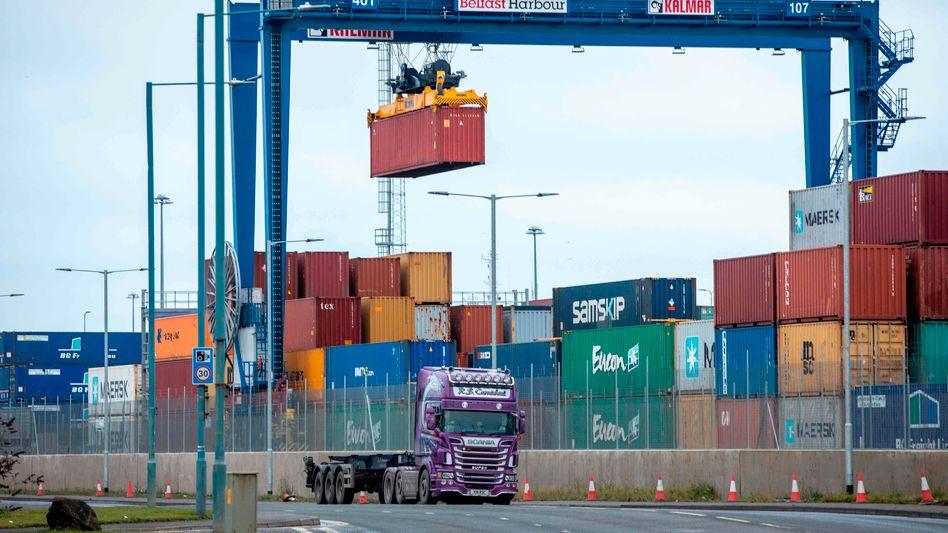 Container im Hafen von Belfast: »Die Zeche zahlen die Verbraucher«