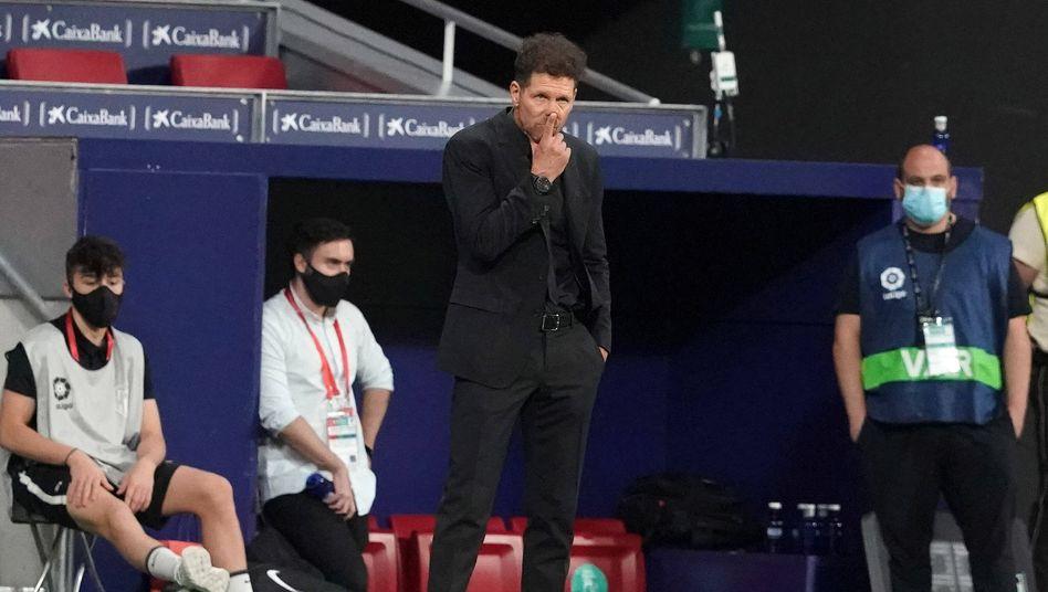 In Corona-Zeiten gilt eigentlich Hände aus dem Gesicht: Atléticos Trainer Diego Simeone