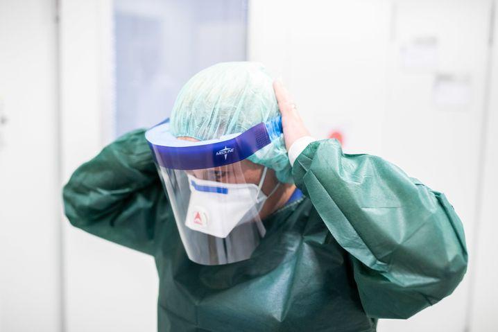 Stationsleiterin auf der Infektionsstation in Essen: Ärzte benötigen mehr Schutzkleidung
