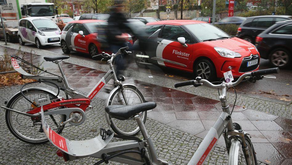 Leihfahrräder und -autos des DB-Unternehmens Flinkster