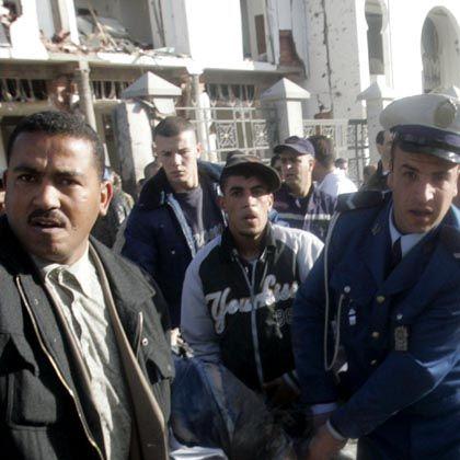 Hilfe für Verletzte: Sicherheitskräfte bergen Opfer der Anschläge in Algier