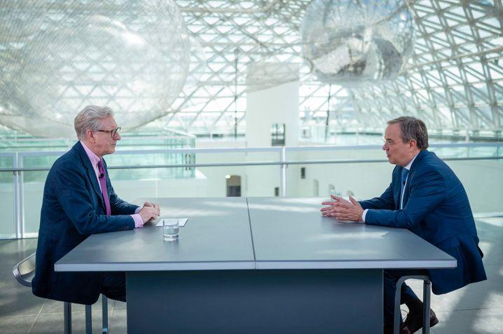 Laschet beim Interview im Düsseldorfer Ständehaus mit ZDF-Hauptstadtchef Theo Koll