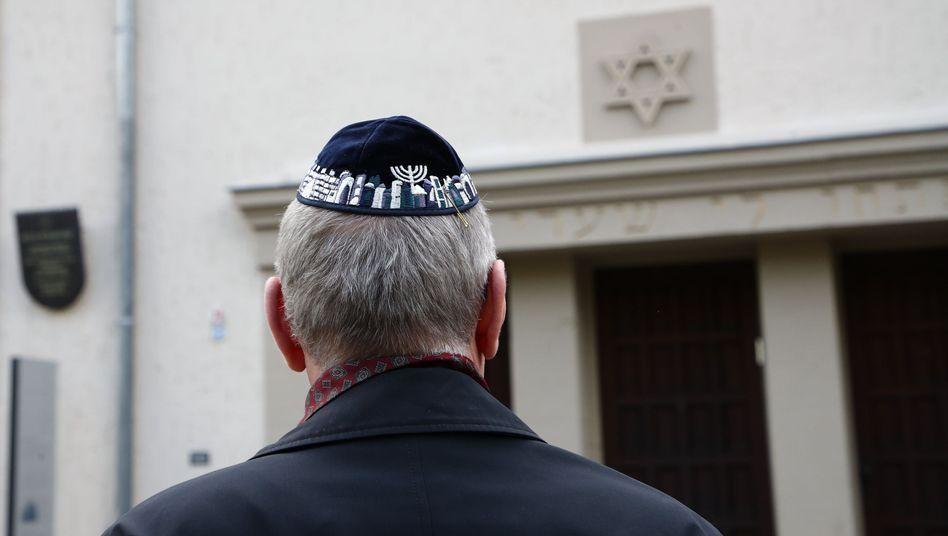 Jüdischer Mann vor der Synagoge in Erfurt