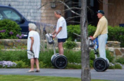 Da lief alles noch normal: Bush und sein Vater rollen durch Kennebunkport. Davor marschiert die Präsidentenmutter Barbara