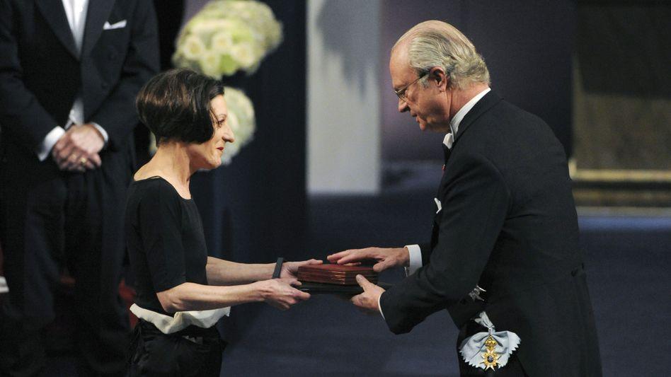 Ehre in Stockholm: Herta Müller mit dem schwedischen König Carl Gustaf