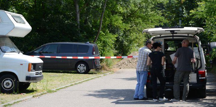 Polizisten im Juni 2014 am Tatort: Tödliche Messerstiche auf Parkplatz