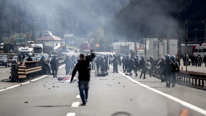 Protest am Brenner: Linksautonome und Polizei im Tränengas
