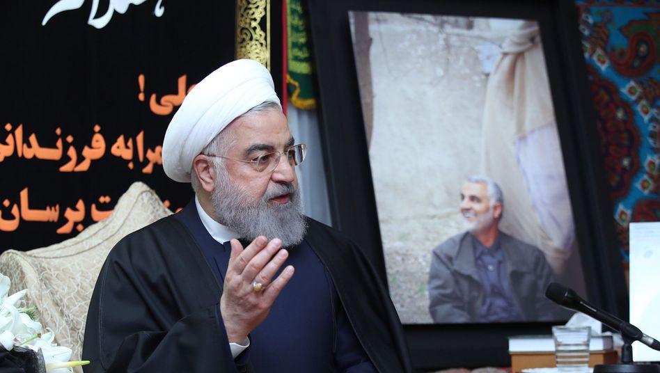 Hassan Rohani, Präsident Irans, neben einem Foto des durch eine US-Rakete getöteten Qasem Soleimani