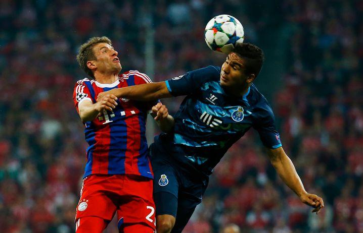 Als Leihspieler des FC Porto: Casemiro gegen Bayerns Thomas Müller im Champions-League-Viertelfinale 2015