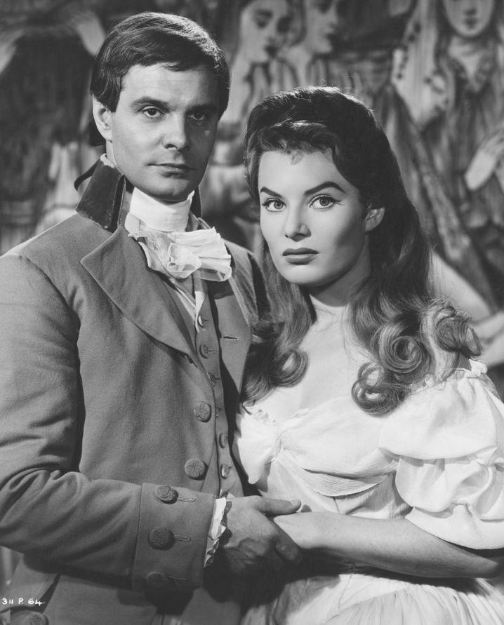 """Louis Jourdan als Herzog Philippe de Beauvais und Cornel Lucas Ehefrau Belinda Lee in der Rolle der Virginia Traill im Kostümfilm """"Im Dienste des Königs"""" von 1957."""