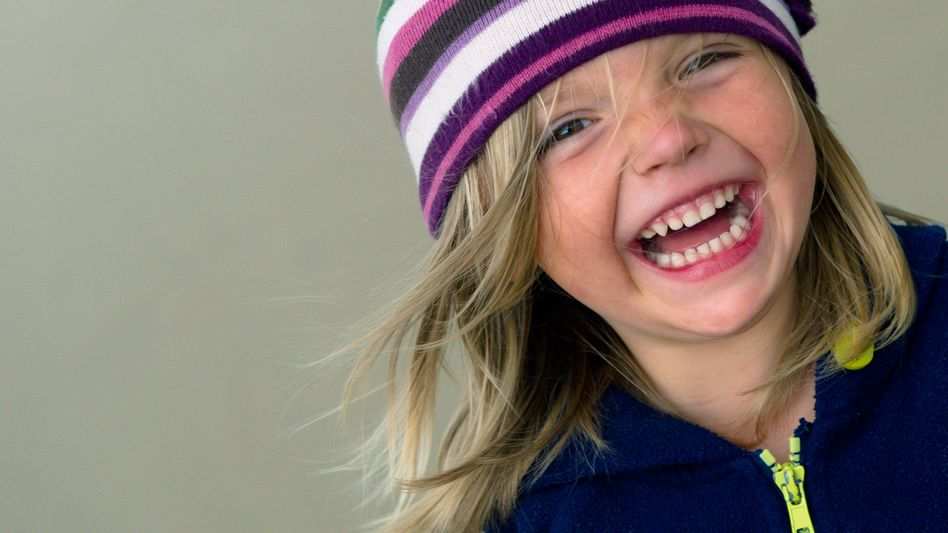Lachendes Mädchen: Endorphine dämpfen die Schmerzwahrnehmung