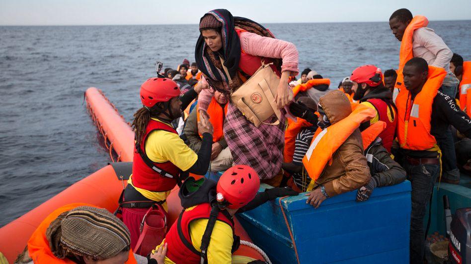 Flüchtlinge werden aus einem Schlauchboot gerettet.