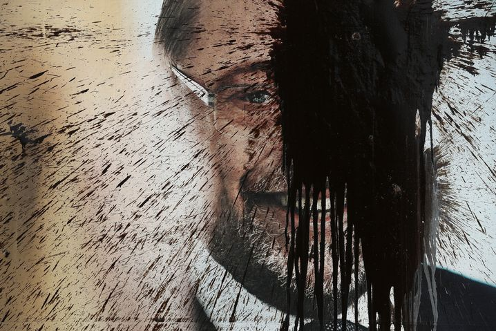 A vandalized campaign poster for SPD chancellor candidate Martin Schulz: An extremely vocal minority feels neither represented by Merkel nor Schulz.