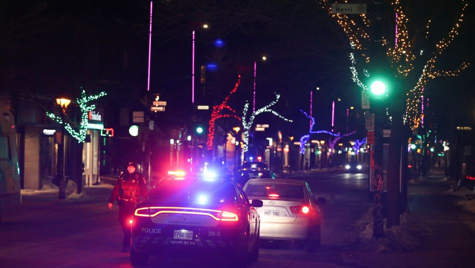Polizisten kontrollieren die Ausgangssperre in der kanadischen ProvinzQuébec