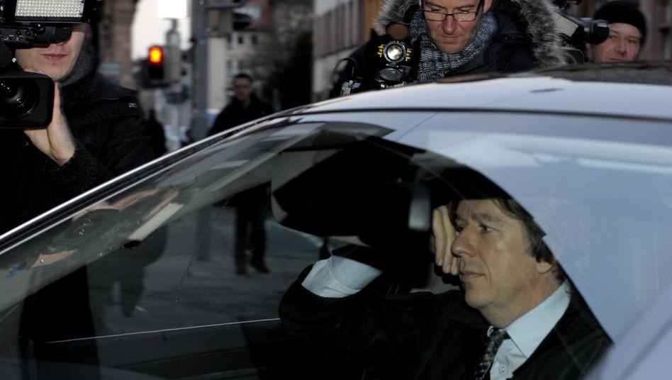 TV-Moderator Jörg Kachelmann auf dem Weg ins Gericht