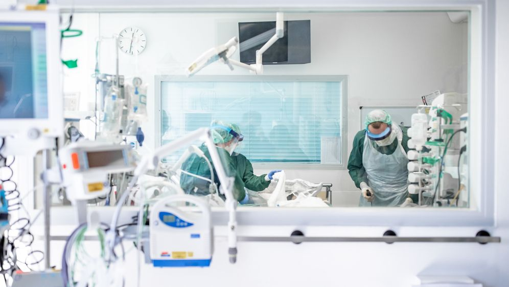 Krankenpfleger betreuen einen Covid-19-Patienten im Uniklinikum Essen