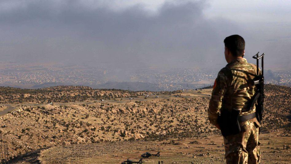 """Kurdischer Kämpfer am Stadtrand von Sindschar: """"Der IS ist besiegt und auf der Flucht"""""""