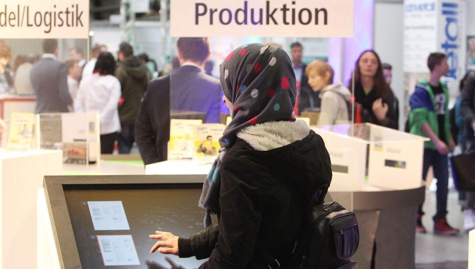 Junge Frau mit Kopftuch bei einer Jobmesse