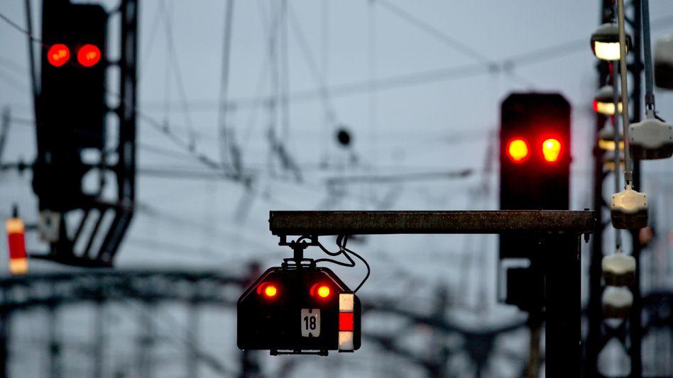 Rote Lichter an einer Bahnstrecke in München