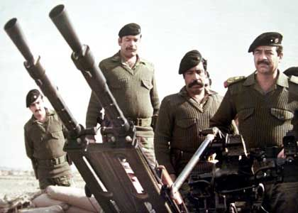 Saddam Hussein weiß mit Waffen umzugehen: Das Bild zeigt ihn im ersten Golfkrieg an einer Artillerie-Stellung