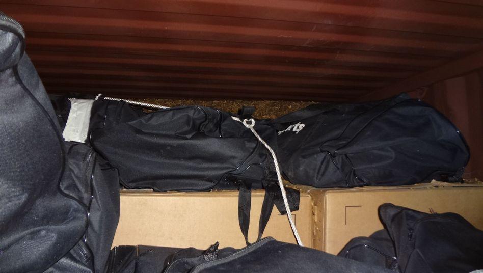 Sporttaschen, gefüllt mit Kokain: Der Hamburger Zoll hat erneut eine große Menge Kokain entdeckt