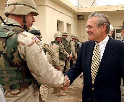 Rumsfeld beim Besuch in Abu Ghureib: Interne Regierungsunterlagen belasten den Verteidigungsminister