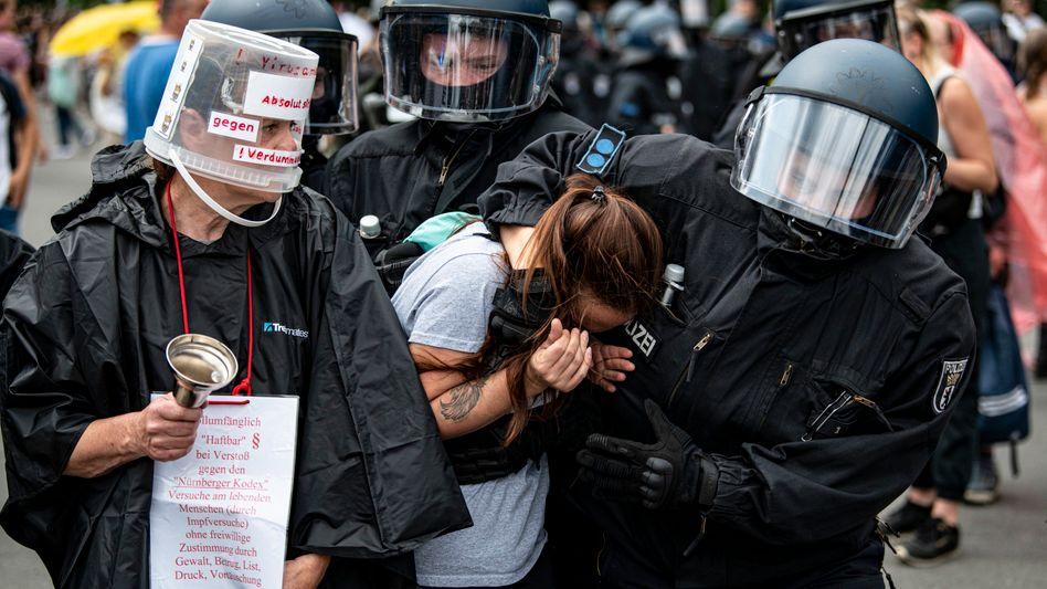 Polizeieinsatz in Berlin: Die Beamten berichten von rund 500 Festnahmen