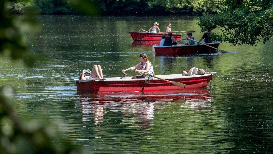 Ruderboote im Berliner Tiergarten (Juni 2014): Ändert sich der Wasserstand?