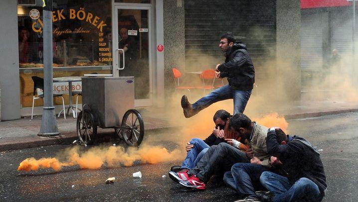 1. Mai in Istanbul: Fußball, Zwillen, Tränengas
