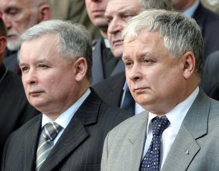 Jaroslaw Kaczynski (li., mit Bruder Lech †2010): Fäden ziehen aus dem Hintergrund