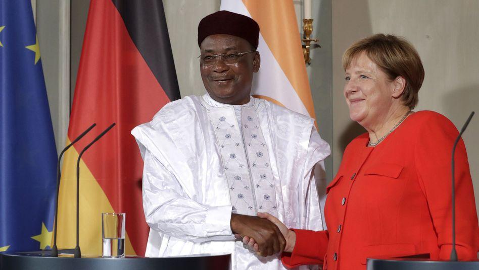 Nigers Präsident Mahamadou Issoufou und Angela Merkel