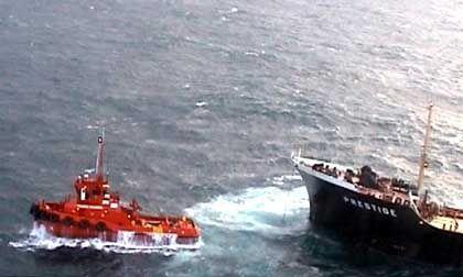 """Schlepper versuchten die """"Prestige"""" so weit wie möglich von der iberischen Atlantikküste wegzuziehen"""