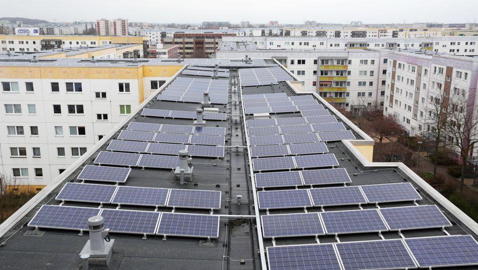 Solarmodule auf den Dächern eines Plattenbau-Komplexes in Berlin-Lichtenberg