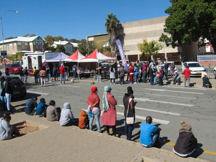 Warten auf einen Covid-Test in der namibischen Hauptstadt Windhuk. Namibia verzeichnet eine der höchsten Covid-Sterberaten des Kontinents