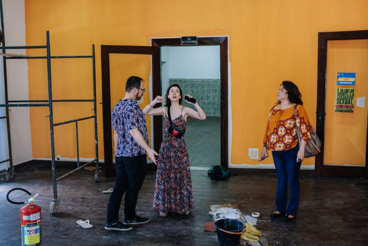 Mit Manfred Stoffl, dem Leiter des Goethe-Instituts in Salvador (l.), besichtigte Kekilli die Baustelle des Frauenzentrums Casa Respeita as Mina