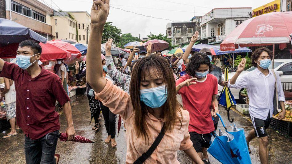 Demo gegen den Militärputsch in Yangon: »Sie drohen uns mit Entlassungen, damit wir wieder zur Arbeit kommen«