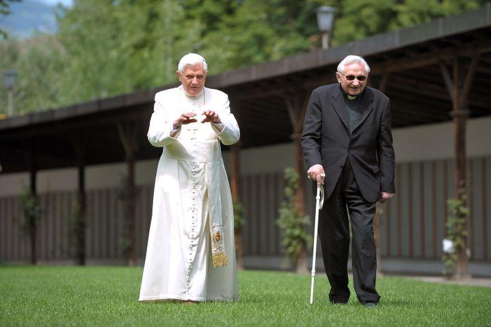 Georg Ratzinger (r.) mit seinem Bruder, Papst Benedikt XVI. (2008)