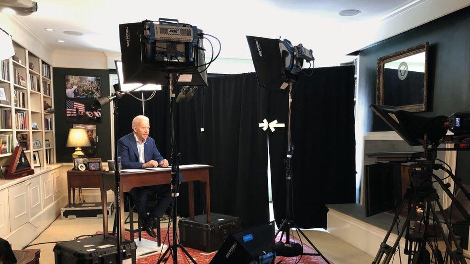 Kandidat Biden bei Videoaufnahme in seinem Haus:Wie ein gemütlicher Opa