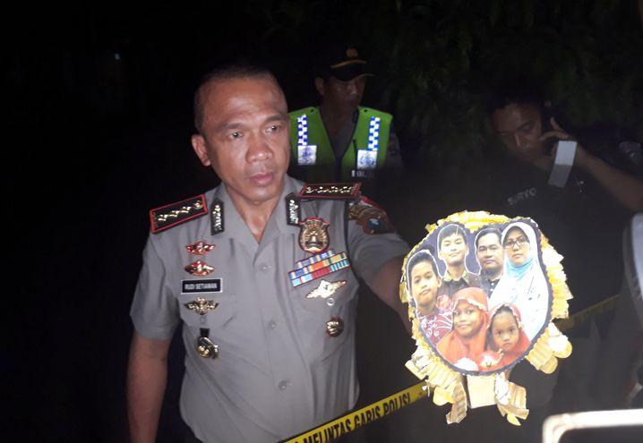 Polizeichef Rudi Setiawan mit Foto einiger der mutmaßlichen Täter