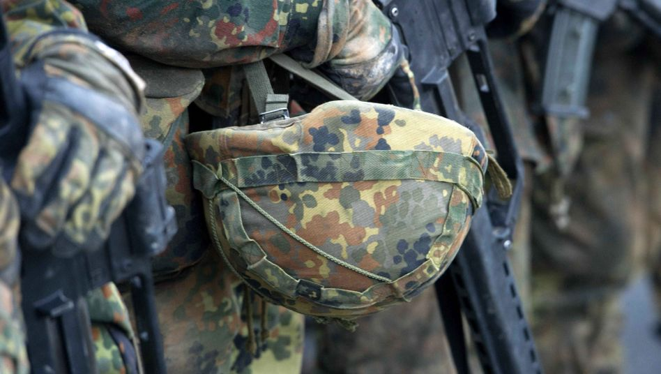 Soldaten auf dem Gelände der Marinetechnikschule in Parow (Archivbild)