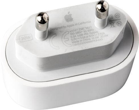 Das für MagSafe empfohlene 20-Watt-Netzteil mit USB-C lag als zuerst dem iPad Air 4 bei